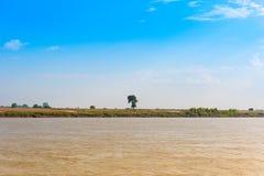 Chłopi pracują na Irrawaddy rzece, Mandalay, Myanmar, Birma Odbitkowa przestrzeń dla teksta obraz royalty free
