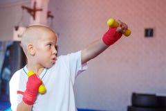 Chłopiec ćwiczy strajki trenuje w gym obrazy royalty free