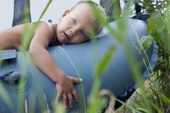 chłopiec łódkowaty lay Obrazy Stock