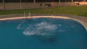 Chłopiec łapie balowego doskakiwanie w basen zdjęcie wideo