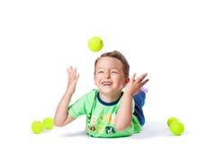 Chłopiec łapie piłkę Zdjęcia Royalty Free