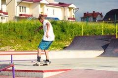 Chłopiec łapie równowagę w ślizganiu i manuale zdjęcie stock