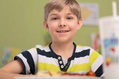Chłopiec łasowania śniadanie w sala lekcyjnej Fotografia Royalty Free