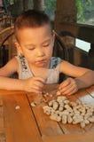 Chłopiec łasowania arachidy Zdjęcia Stock