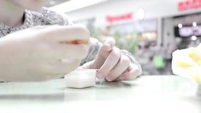 Chłopiec łasowania fast food w sądzie i maczanie Francuskich dłoniakach w plastikowym rozporządzalnym zbiorniku z kumberlandem re zbiory wideo