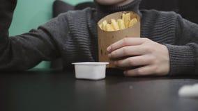 Chłopiec łasowania francuz smaży z kumberlandem w fast food restauracji Fasta food łasowania Zdrowy pojęcie zdjęcie wideo