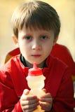 Chłopiec łasowania miód Zdjęcia Royalty Free