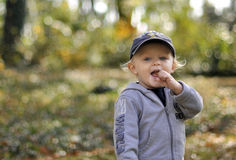 chłopiec łasowania precla kij Zdjęcie Royalty Free