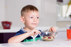 Chłopiec łasowania puchar zboże dla śniadania Fotografia Royalty Free