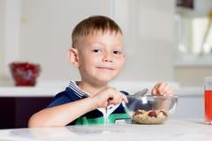 Chłopiec łasowania puchar zboże dla śniadania Obraz Royalty Free