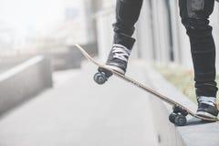 Chłopiec łyżwiarka robi wyczynowi kaskaderskiemu przy ulicą zdjęcie stock