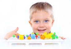 chłopiec ślicznej małej mozaiki stubarwny bawić się Fotografia Stock