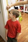 chłopiec śliczny dostaje wzrosta pomiar Zdjęcie Royalty Free