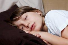 chłopiec śpi kanap potomstwa Zdjęcia Stock