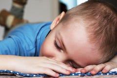 Chłopiec śpi sweetly portret jest bardzo zamknięta zdjęcie stock