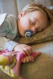 Chłopiec śpi w domu Zdjęcia Stock