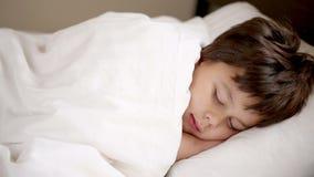 Chłopiec śpi w domu zbiory wideo