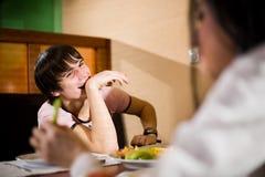 chłopiec żywieniowy dziewczyny stół Fotografia Stock