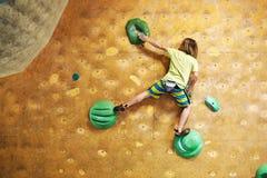 Chłopiec arywista wspina się indoors obrazy stock
