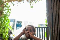 Chłopiec asmat plemię na jaskrawym tle, rama zielone rośliny Zdjęcie Stock