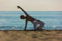 Chłopiec atleta na plaży obraz royalty free