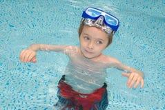 chłopiec basenu dopłynięcie zdjęcie stock