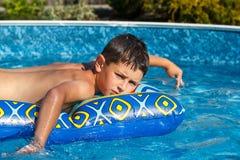 chłopiec basenu dopłynięcie Fotografia Royalty Free