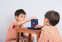 Chłopiec bawić się łączy cztery gier miękką ostrość przy kontakt wzrokowy salowymi aktywność zdjęcie stock