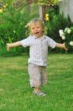 chłopiec bawić się śliczny ogrodowy fotografia royalty free