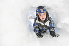 chłopiec bawić się śnieżnych potomstwa fotografia royalty free