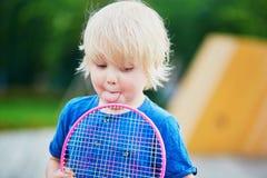 Chłopiec bawić się badminton z mamą na boisku Zdjęcie Royalty Free