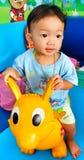 chłopiec bawić się bardzo szczęśliwego Zdjęcia Royalty Free