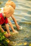 Chłopiec bawić się bawić się z wodnymi plenerowymi domycie rękami Zdjęcia Stock