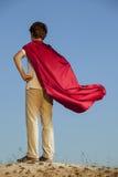 Chłopiec bawić się bohaterów na nieba tle, nastoletni bohater Obrazy Stock