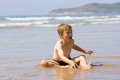 chłopiec bawić się dennych potomstwa Obraz Royalty Free