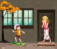 Chłopiec bawić się deskorolka na ulicie Obraz Royalty Free