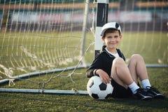 Chłopiec bawić się futbol obraz royalty free