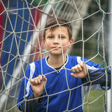 Chłopiec bawić się futbol na stadium sport obrazy stock