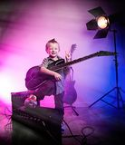 Chłopiec bawić się gitarę, dzieciaka gitarzysta obrazy royalty free