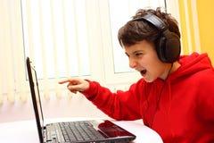 Chłopiec bawić się grę zdjęcie royalty free