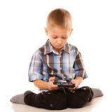 Chłopiec bawić się gry na smartphone Zdjęcia Stock