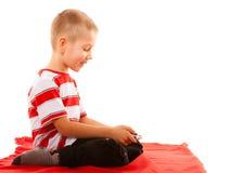 Chłopiec bawić się gry na smartphone Obrazy Stock