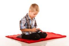 Chłopiec bawić się gry na smartphone Zdjęcie Stock