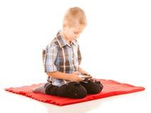 Chłopiec bawić się gry na smartphone Zdjęcie Royalty Free