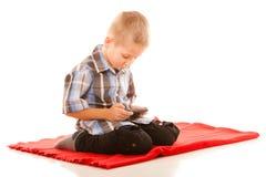 Chłopiec bawić się gry na smartphone Obrazy Royalty Free
