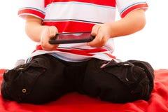 Chłopiec bawić się gry na smartphone Obraz Royalty Free