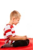 Chłopiec bawić się gry na smartphone Fotografia Stock