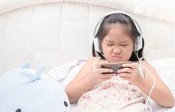 Chłopiec bawić się gry z twój telefonem komórkowym obraz stock