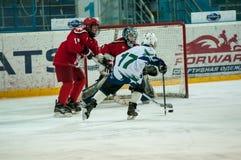 Chłopiec bawić się hokeja z krążkiem hokojowym Fotografia Stock