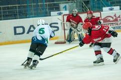 Chłopiec bawić się hokeja z krążkiem hokojowym Zdjęcie Royalty Free